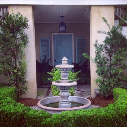 I love, love this entryway Rimsky and I came across, it is so serene and chic at the same time.